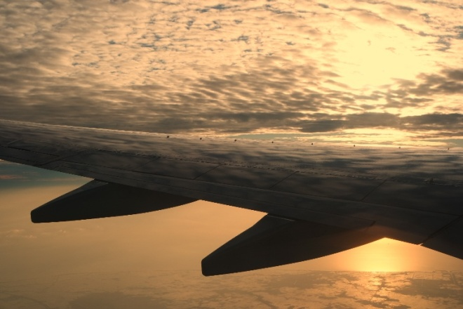 indahnya sunrise dari balik jendela pesawat