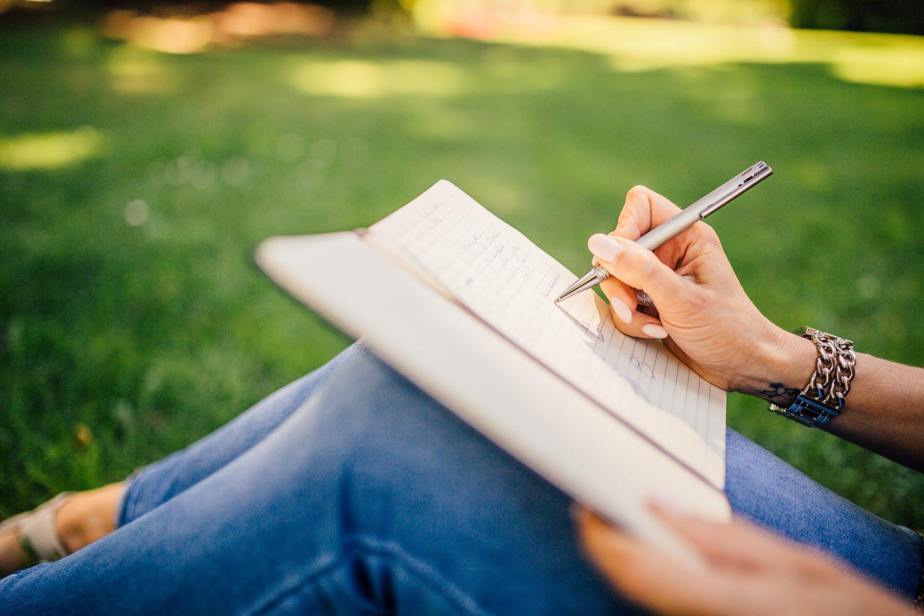 Menulis Sebagai Bentuk Transformasi Diri - deviratnaningayu.com